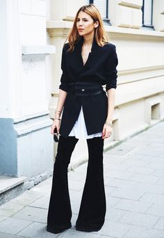 31 Perfect October Outfits To Make Fall Your Most Stylish Season Yet>> Dark wash jeans can look sophisticated enough for the office with the help of a belted blazer—and even bellbottom naysayers have to admit that, here, the style cuts a sharp. How To Wear Belts, Black And White Outfit, Black White, October Outfits, Looks Style, My Style, Style Work, Paris Mode, Office Looks