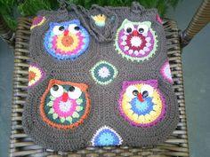 Bolsa de crochê confeccionada artesanalmente em barbante.  Forrada em tecido de algodão com dois bolsos de um lado e um do outro lado  com zíper.  Alça de macramê com o mesmo barbante com argolas de madeira. Cor disponível : da foto. R$ 95,00