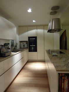 EINFAMILIENHAUS - Modell: Intuo. Farbe: Panna. Platte: Granit Praha Gold. Geräte: Miele. Kitchen Cabinets, Gold, Home Decor, Granite, Detached House, Model, Color, Interior Design, Home Interior Design