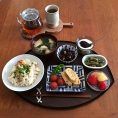 A traditional Japanese breakfast Asian Cooking, Healthy Cooking, Healthy Recipes, Japanese Dishes, Japanese Food, Japanese Breakfast Traditional, Food Presentation, Food Design, Food Dishes
