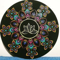 Stone Art Painting, Dot Art Painting, Rock Painting Designs, Mandala Painting, Mandala Painted Rocks, Mandala Rocks, Lotus Mandala Design, Vinyl Record Art, Creations