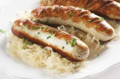 Classic Oktoberfest dinner: Bratwurst and sauerkraut Brats And Sauerkraut, Sauerkraut Recipes, Beer Recipes, Pork Recipes, How To Cook Brats, Bratwurst Sausage, Cooking 101, Cooking Brats, Famous Recipe