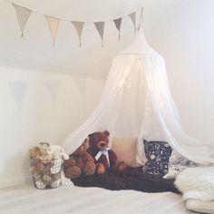#ShareIG För debattens om sänghimmel lägger jag upp en bild på en mysig hörna. Som någon sa: allt handlar om sunt förnuft men aldrig fel att vara på den säkra sidan ibland! Här är @Sofia Titus fantastiska myshörna underbart ✌️ #mys#myshörna #koja #vimplar #gossedjur #inspo #barnrumsinspo