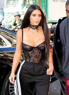 Kim Kardashian, choker, body lingerie, calça esportiva