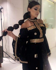 Loveee ittt 😍🌙 هالبنت مو بس تشوق ، حبيت الدراعه والتسريحه والميكب نظيف ومرتب Arab Fashion, African Fashion, Glam Dresses, Dress Outfits, Stunning Dresses, Pretty Dresses, Modest Fashion, Fashion Dresses, Classy Wear