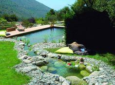 Une piscine semi enterr e avec un coin d tente au fond et for Piscine hors sol julien albi