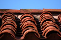 spanish roof tiles Ceramic Roof Tiles, Clay Tiles, Roofing Options, Roofing Materials, Spanish Architecture, Roof Architecture, Spanish Style Homes, Birkenstock Florida, Classroom Decor