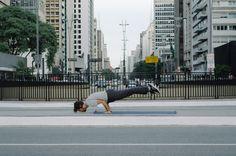 O instrutor de Yoga Ciro Castro teve a inusitada ideia de inserir a prática oriental em meio ao caos da paisagem urbana.