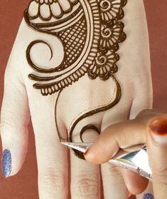 Henna Designs For Kids, Very Simple Mehndi Designs, Pretty Henna Designs, Mehndi Designs For Kids, Latest Henna Designs, Henna Tattoo Designs Simple, Mehndi Designs Feet, Back Hand Mehndi Designs, Mehndi Designs Book