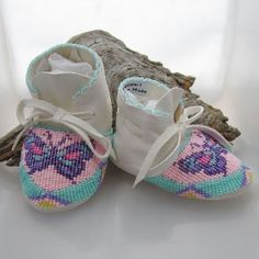 Native American Beaded Baby Moccasins and Soft Soled Shoes made of soft white deer hide. Beaded Moccasins, Baby Moccasins, Leather Moccasins, Best Looking Shoes, Native American Beadwork, Native Beadwork, Baby Girl Shoes, Baby Boy, Baby Feet