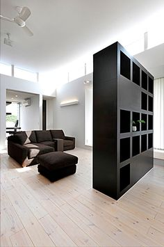 リビング-棚兼テレビボード(『L/P House』パティオのようなLDKのある住まい)- リビングダイニング事例