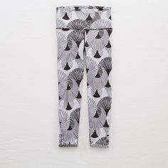 Aerie Move Hi-Rise 3/4 Crop Legging (£23) ❤ liked on Polyvore featuring pants, leggings, grey, slimming leggings, slim fit pants, grey leggings, slim fit trousers and cropped trousers