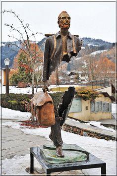 """Bruno Catalano es un escultor francés cuya propuesta consiste en la creación de estatuas que a primera vista parecieran parte de una ilusión óptica pues, están incompletas. Este trabajo lo ha titulado """"Los viajeros"""" y consiste en una serie de esculturas """"incompletas"""" que sostienen una maleta."""