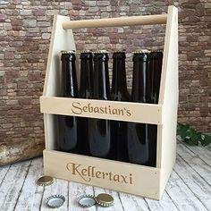 """Dieser personalisierbare lustige Bierträger mit Gravur ist die passende """"Männerhandtasche"""" zur Lederhose. Fassungsvermögen für 6 handelsübliche Bierflaschen 0,33 oder 0,5 Liter Hopfensaft."""