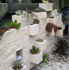 Daca aveti boltari care v-au ramas de la constructia casei si nu stiti ce sa faceti cu ei, iata 15 idei practice de a-i folosi la decorarea gradinii