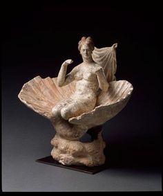 Aphrodite agenouillée dans une coquille. Vers 300-275 av J.-C. Figurine. 3e siècle av J.-C., période hellénistique (323-31 av J.-C.) (Grèce). Paris, musée du Louvre