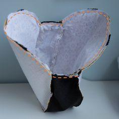 Cette semaine, je vous propose de coudre ensemble un sac très à la mode sur les réseaux sociaux : il s'agit du sac cabas rond (souvent réalisé à partir d'un set de table en osier). Si vous êtes membre de groupe de couture, vous avez dût en voir pa...