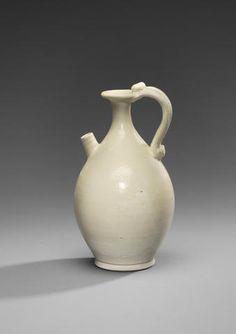 A very rare Xingyao white-glazed ewer Tang Dynasty Mandarin Pinyin, Medieval, Luoyang, Chinese Ceramics, Soloing, Ceramic Design, Enamels, Qing Dynasty, Chinese Art