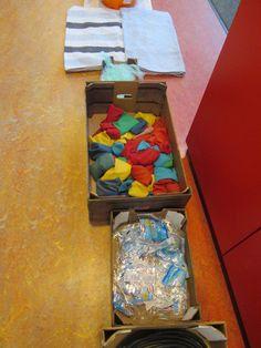 Blote voetenpad. Plastic zakjes en pittenzakjes. Nutsschool Maastricht