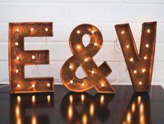 Pour un mariage chic et original, on craque pour cette enseigne lumineuse à faire soi-même, simple à réaliser. Posée à l'entrée de la salle de réception pour symboliser votre union, elle va faire un carton ! Allez, on s'y colle !