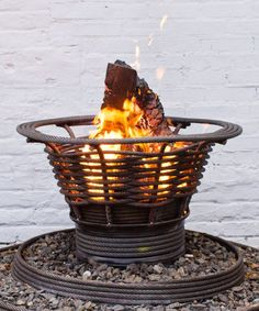 Fire Pit Ideas Backyard Landscaping - Try turning off your TV and stashing the remote for a better family time. Go to your backyard and sit around the fire pit to maintain a conversation, instead. Fire Pit Ring, Diy Fire Pit, Fire Pit Backyard, Steel Fire Pit, Wood Burning Fire Pit, Fire Pit Essentials, Natural Gas Fire Pit, Fire Basket, Portable Fire Pits