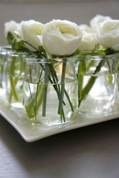 DIY - Linear and zen low centerpiece with white ranunculus in french yogurt jars. Where can I buy French yogurt? Garden Wedding Centerpieces, Low Centerpieces, Wedding Table, White Ranunculus, White Peonies, Deco Champetre, Yogurt Cups, Deco Floral, Art Floral