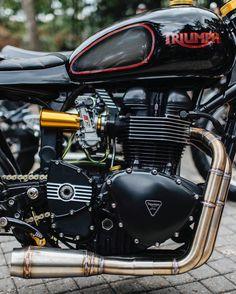 Triumph Bonneville pre-2016 engine | Kehin FCR carburator | Rear sets | 2-in-1 exhaust