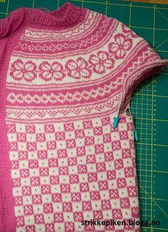Få fine sammenføyning på hullene under armene på kofter/gensere som strikkes ovenfra og ned (Strikkepiken)