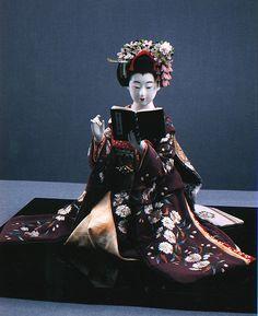 nihon-no-ningyou: A maiko reading. This doll was made by Shisui Sekihara, a master dollmaker from Kyoto. Japanese Geisha, Vintage Japanese, Japanese Doll, Ichimatsu, Doll Japan, Asian Doll, Japanese Prints, Japan Art, Kyoto