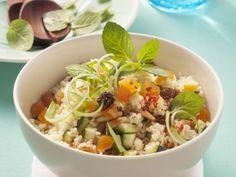 Orientalischer Couscoussalat mit Zucchini, Trockenobst und Pinienkernen
