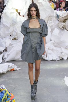 Vivienne Westwood at Paris Fashion Week Spring 2019 Fashion Oops, Fashion Week, Fashion Models, Fashion Show, Fashion Outfits, Womens Fashion, Fashion Design, Paris Fashion, Vivienne Westwood