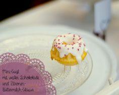 Mini-Gugl mit weißer Schokolade und Zitronen-Buttermilch-Glasur