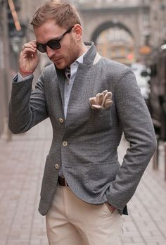 completewealthmag:  The attention to detail in this ensemble is pretty impressive. Notice how the blazer buttons not only match the trousers, but the gloves as well. Kudos  Complete Wealth Mag