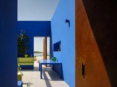 react architects steps 'the gaze' house into idyllic greek island landscape Architecture Photo, Landscape Architecture, Landscape Design, Greece Design, Paros Greece, Paros Island, Roof Plan, Architectural Elements, Interiores Design