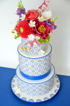 Cake inspired by Mexican Talavera tiles and decorated with handmade sugar flowers | moxy.mx