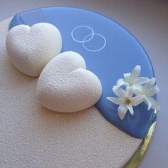 … oder diese weiße und babyblaue Kreation mit beeindruckender Liebe zum Detail.   Diese Torten sind so perfekt, dass Du vor Glück auf die Knie fallen willst