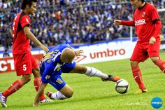 Persib vs Psps : Sergio Van Dijk is getting marked out of the game by two defenders at a time.