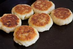 Corn Tikki or Corn Patties Recipe - One of my favorite tikkis made from mashed potatoes stuffed with sweet corn, chilies and cheese. Pressure Cook Potatoes, How To Cook Potatoes, Pressure Cooking, Toddler Food, Toddler Meals, Corn Patties, How To Make Corn, Boiled Corn, Green Chutney