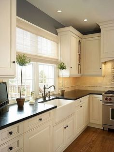 Traditional Antique White Kitchen Welcome! This photo gallery has pictures of kitchens featuring cream or antique white kitchen cabinets in traditional styles Tags ; Off White Kitchen Cabinets, Off White Kitchens, Kitchen Cabinets Decor, Farmhouse Kitchen Cabinets, Cabinet Decor, Modern Farmhouse Kitchens, Kitchen Cabinet Design, Kitchen Redo, New Kitchen