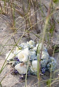 ♡ Beach #wedding #Bouquet ... For wedding ideas, plus how to organise an entire wedding, within any budget ... https://itunes.apple.com/us/app/the-gold-wedding-planner/id498112599?ls=1=8 ♥ THE GOLD WEDDING PLANNER iPhone App ♥  For more wedding inspiration http://pinterest.com/groomsandbrides/boards/ photo pinned with love & light, to help you plan your wedding easily ♡