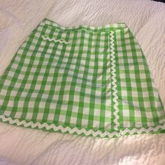 Lilly Pulitzer green & white skorts with pockets! EUC non smoking home, zipper in back, cute rick rack detail, 97% cotton and 3% spandex, super comfortable and love the pockets! Lilly Pulitzer Skirts