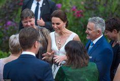 英國威廉王子一家四口周一到訪波蘭,劍橋公爵夫人凱蒂出席活動時,收到一隻專門讓嬰孩玩耍的熊公仔做禮物,...