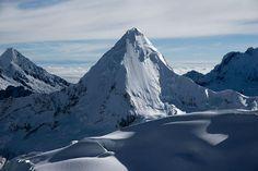Una pirámide blanca (en la Cordillera Blanca, Perú)