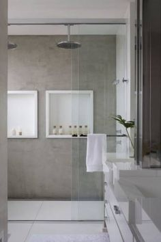 Nicho banheiro: parede com cimento queimado e nicho em pedra branca