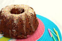 Dieser Kuchen ist schnell gemacht und kommt auch gerade bei Geburtstagskindern gut an, da er so schön bunt ist und lecker schmeckt. Noch ein paar Kerzen obendrauf und fertig  Letztens hatte ich schon Schoko-Bananenmuffins gebacken und die kamen sehr gut an  Und da ich noch reife Bananen im Haus hatte, hat das ja …