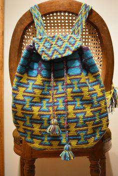 Mochila tejida a mano en tapestry crochet. Con elementos del bolso wayuu. Consultar precio