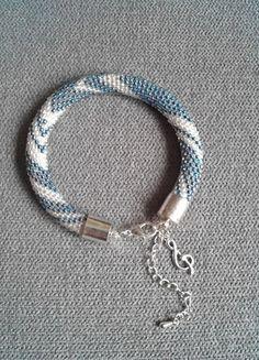 Kup mój przedmiot na #vintedpl http://www.vinted.pl/akcesoria/bizuteria/10264807-bialo-niebieska-bransoletka-z-koralikow-z-zawieszka