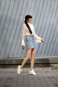 Paz Halabi Rodriguez - H & M Sino mangas Blusa, Zara Jeans Mini-saia, Reebok Classic, Zara Brincos Declaração - Sino mangas e saia jeans