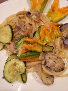 Spaghetti con fiori di zucca e vongole