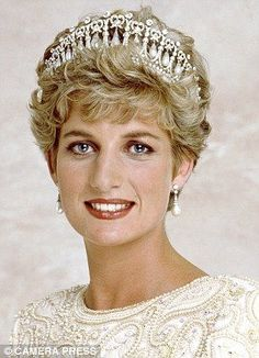 Lord Snowdon captured this photograph of Princess Diana in released on the eve of her official visit to Pakistan. Diana wearing a Victor Edelstein gown, tiara and drop pearl earrings. Royal Tiaras, Royal Jewels, Crown Jewels, Princess Diana Fashion, Princess Diana Pictures, Princess Margaret, Princess Of Wales, Royal Princess, Lovers Knot Tiara